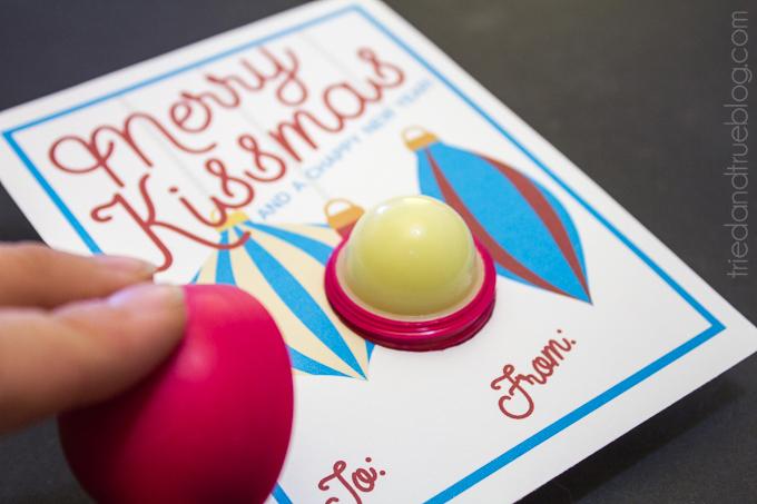 Merry Kissmas Lip Balm Gift. Includes the free printable! Such a fun little Christmas gift idea.