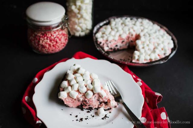 Chocolate Peppermint Marshmallow Pie. Simple Christmas treat that's so easy to make! And tastes amazing!!