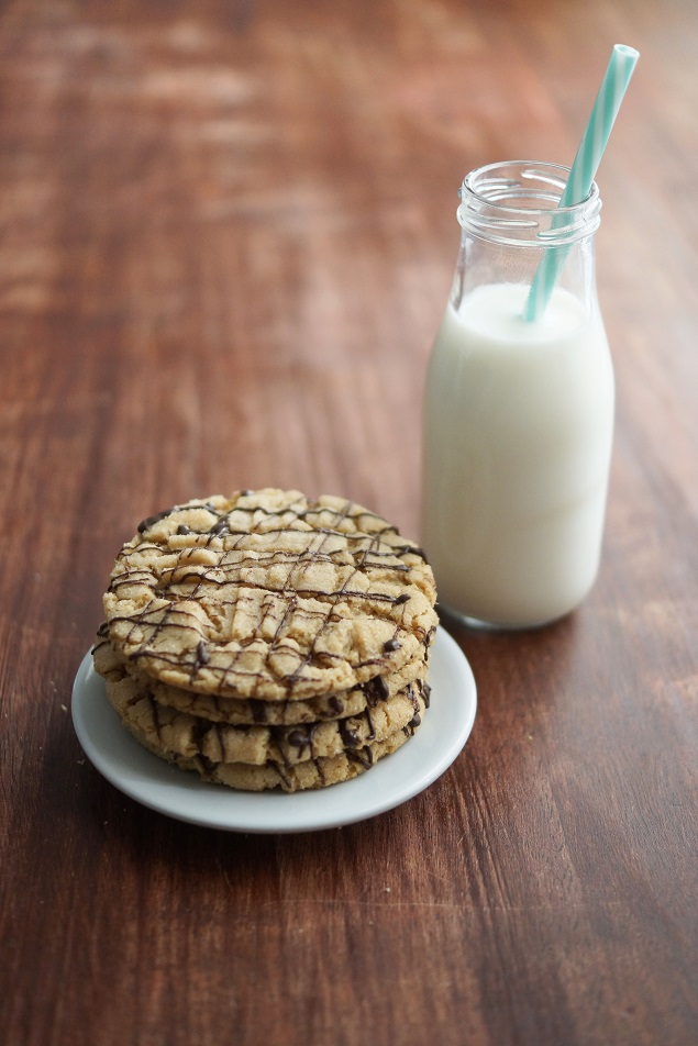 Easy Peanut Butter Cookies | These are delicious and a definite crowd pleaser!