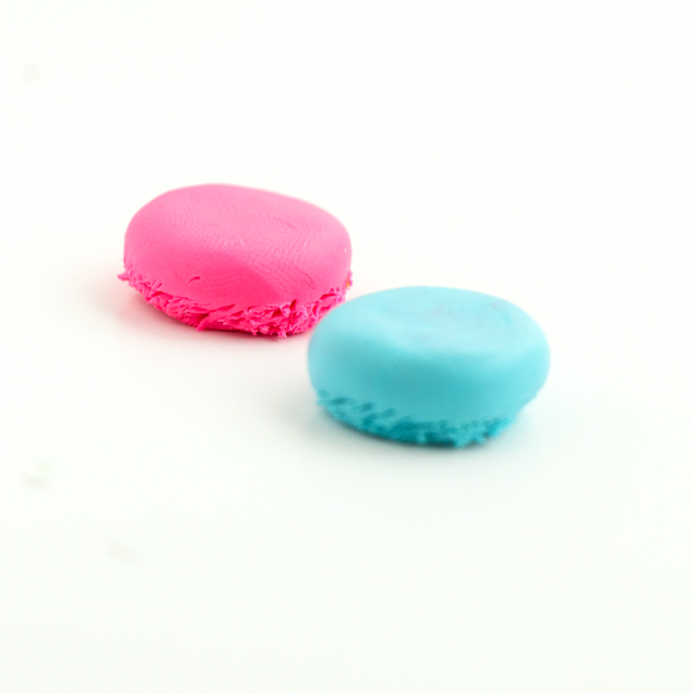 DIY Macaron Push Pins | Make these adorable Macaron push pins with Polymer clay. So easy and so fun!