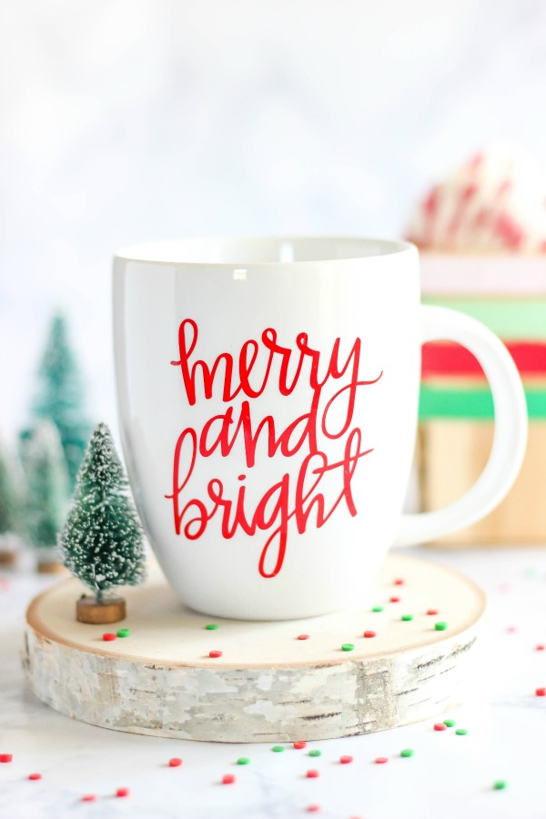DIY Merry & Bright Vinyl Mug via The Casual Craftlete | Show and Tell Link Party
