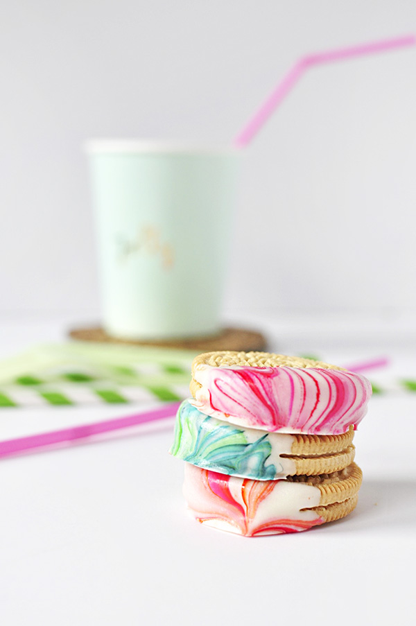 Marble Dipped Oreos via Delineate Your Dwelling
