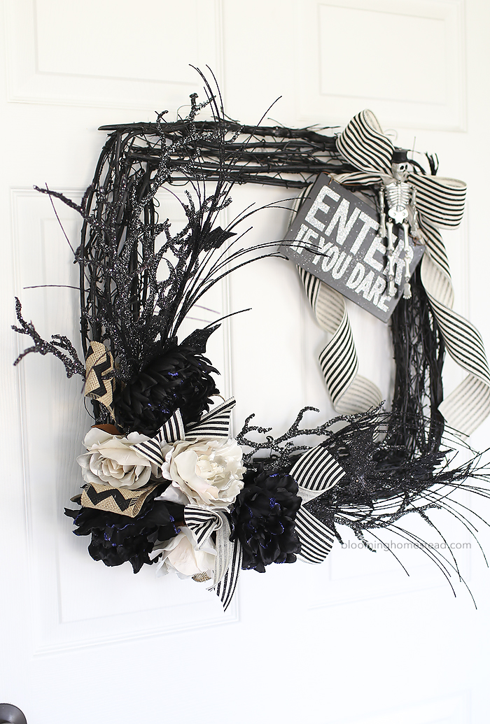 Glam Black and White Halloween Wreath | DIY Halloween Decorations