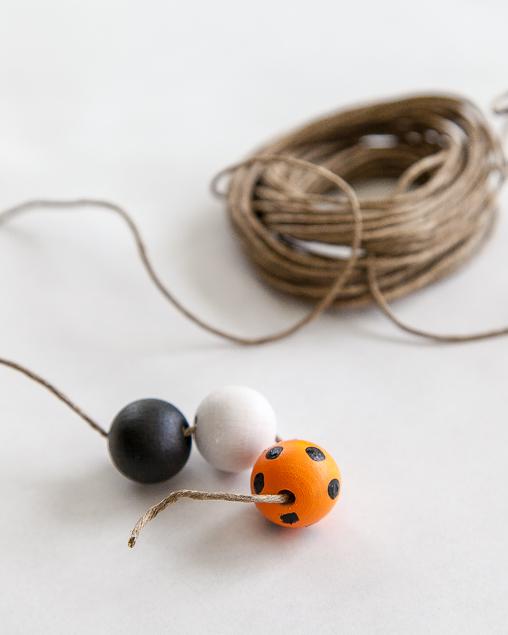 DIY Halloween Wood Bead Garland | Halloween Crafts