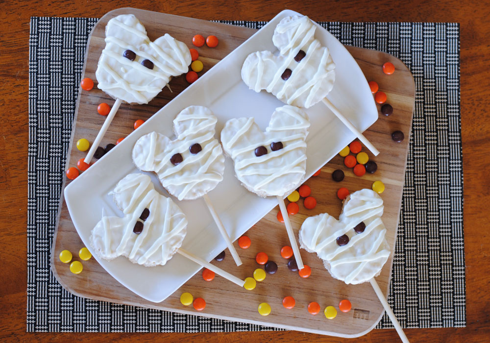 Mickey Mouse Mummy Rice Crispy Treats. Such a fun Halloween treat with a touch of disney!
