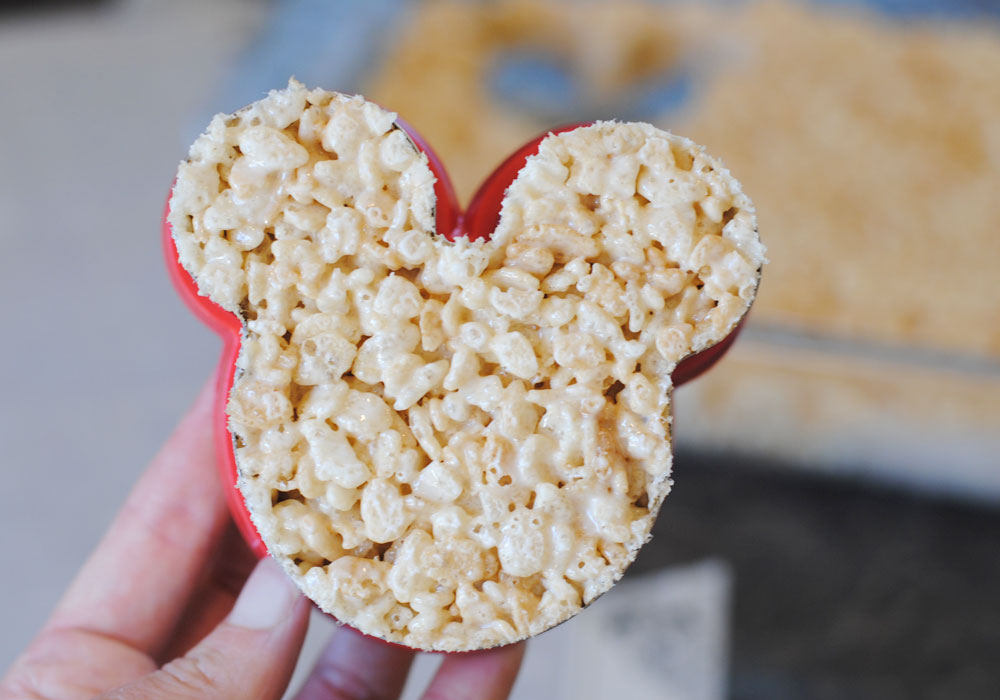 Mummy Mickey Mouse Crispy Treats. Such a fun Halloween Disney treat!