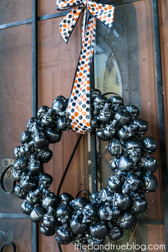 Metallic Skulls Halloween Wreath. So cool and get most of the supplies from the dollar store!